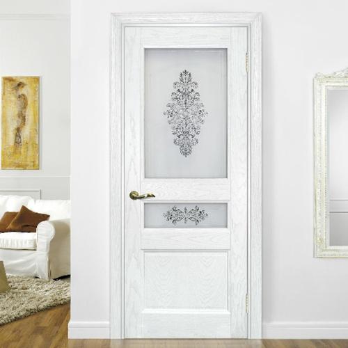 Интерьер комнаты с белой межкомнатной дверью